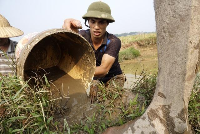 Đây là thời điểm vừa xong vụ gặt, đất đồng vẫn còn nước sâm sấp nhão nhoét, việc di chuyển khó khăn.