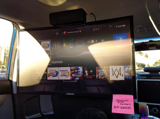 Xem TV bằng màn hình khủng trên xe ắt hẳn là điều ai cũng mong muốn.
