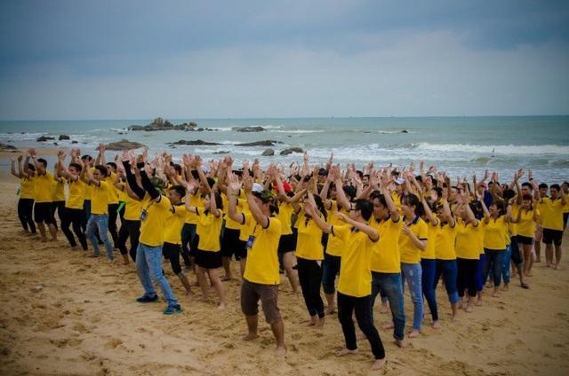 Hoạt động teambuilding diễn ra tại bãi biển Long Hải với sự hào hứng của tất cả các thành viên
