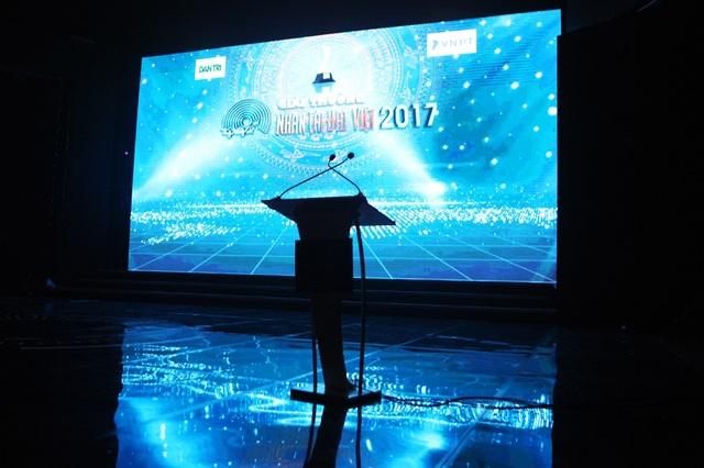Sân khấu đã sẵn sàng cho giờ phút công bố các nhóm tác giả đoạt giải năm nay.  Nhân tài Đất Việt 2017 tiếp tục đồng hành cùng Startup Việt Nam, góp phần giúp các startup phát triển sản phẩm và chiếm lĩnh thị trường, khẳng định vị thế cho startup công nghệ Việt Nam.