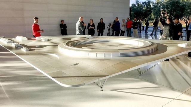 Khách thăm quan thích thú với mô hình mô phỏng toàn bộ công trình.