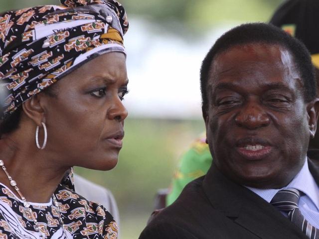 """Quan hệ giữa ông Mugabe và ông Mnangagwa đã xấu đi sau sự kiện ông Mnanagagwa bị sa thải hồi đầu tháng khỏi vị trí Phó Tổng thống dưới chính quyền ông Mugabe, động thái được cho là """"dọn đường"""" cho vợ ông Mugabe có thể danh chính ngôn thuận thay thế chồng lãnh đạo đất nước. Ông Mugabe cáo buộc ông Mnangagwa ám hại ông bằng tà thuật. Tuy nhiên, hành động này dường như đã khiến ông Mugabe phải trả giá khi quân đội đã vùng lên giành quyền kiểm soát đất nước và khiến ông Mugabe mất hết quyền lực sau 1 đêm. (Ảnh: Reuters)"""