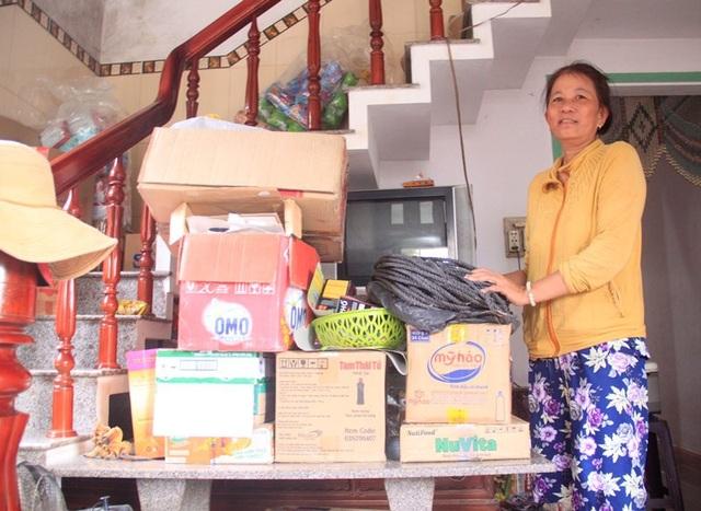 Bà Văn Thị Thanh Tuyết (ở thôn Diêu Trì, thị trấn Diêu Trì) thâu đêm kê đồ đạc lên cao vì sợ lũ ngập vào nhà