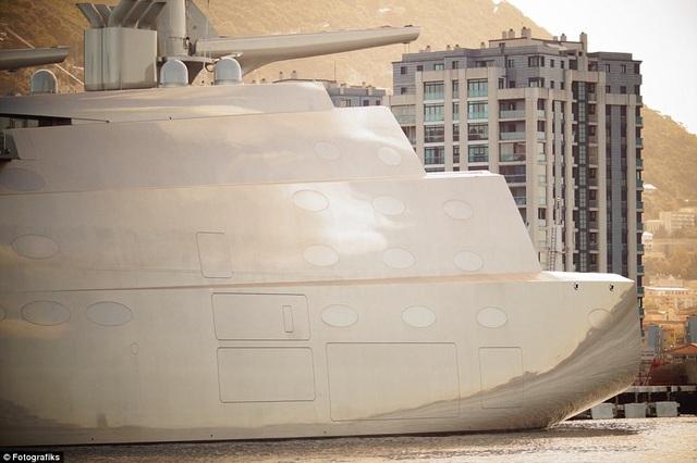 Để đảm bảo an ninh cho du thuyền, tỷ phú Nga sử dụng kính chống bom cùng hệ thống 40 camera an ninh được bố trí xung quanh du thuyền. (Ảnh: Fotografiks)