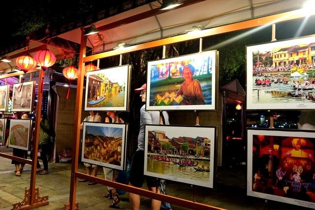 Những bức ảnh về du lịch Quảng Nam được trưng bày tại Vườn tượng An Hội đêm được đông đảo du khách quan tâm, chụp ảnh lưu niệm