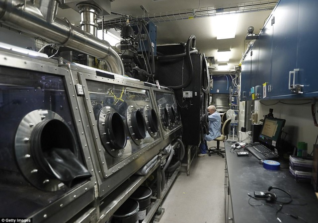 Bên trong khu thử nghiệm thiết bị khử nhiễm mẫu vật nhỏ.
