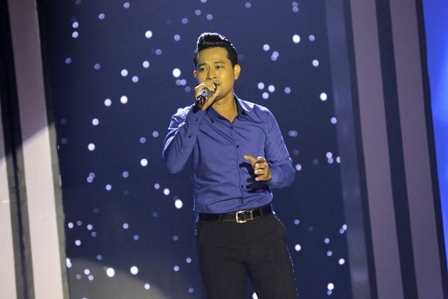 Diễn viên Huỳnh Đông thể hiện ca khúc Nhớ người yêu với giọng hát trầm ấm, truyền cảm và phong cách trình diễn tự tin.