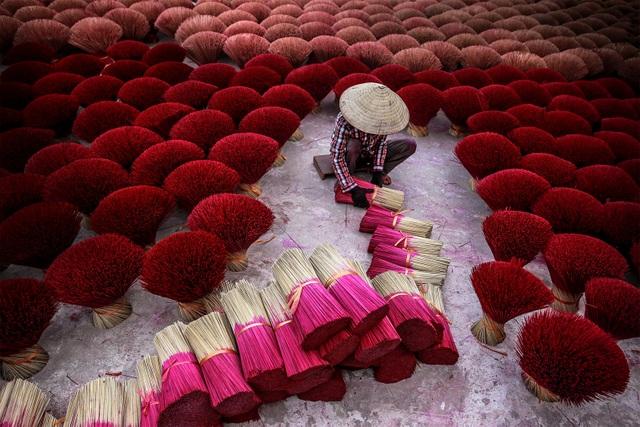 Ảnh xuất bản trong Tạp chí National Geographic, chuyên mục Những góc nhìn thế giới, ấn bản tháng 6/2017. Hương đóng một vai trò hết sức quan trọng trong cuộc sống của người Việt Nam, là cầu nối của con người với thế giới tâm linh. Nghề làm hương là một nghề truyền thống có từ hàng ngàn năm nay ở Việt Nam.