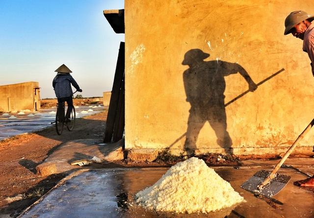 Ở Việt Nam vùng ven biển miền Trung và miền Nam nghề làm muối dùng phương pháp phơi nước. Người dân thường đào ao hoặc hồ cạn rồi thông cho nước biển chảy vào đầy, sau đó đóng lại. Khi ruộng muối bốc hơi, nước sẽ cạn và còn lại hạt muối. Diêm dân (người làm muối) sẽ cào muối thu hoạch và đem bán. Ảnh chụp một người diêm dân ở biển Diễn Châu, Nghệ An. (Click vào đây để xem ảnh kích thước lớn)