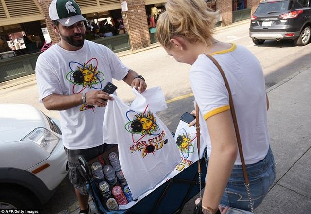 Quần áo, huy hiệu và đồ lưu niệm ăn theo hiện tượng được bán khắp các ngả đường. (Ảnh: AFP/ Getty)