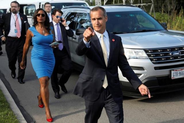 Cựu giám đốc chiến dịch tranh cử của ông Trump, Corey Lewandowski cùng trợ lý Nhà Trắng Omarosa Manigault chào giới truyền thông.