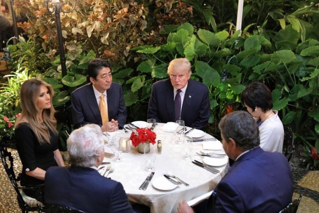 Ông Trump cùng phu nhân tiếp đón Thủ tướng Nhật Bản Shinzo Abe tại khu nghỉ dưỡng cao cấp Mar-a-Lago của ông tại bang Floria ngày 10/2/2017. (Ảnh: Reuters)
