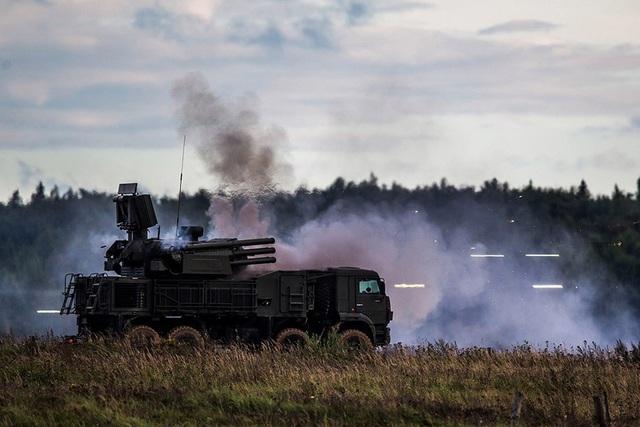 Các quan chức NATO đã lên tiếng cảnh báo về cuộc tập trận, cho rằng đây là động thái nhằm di chuyển quân đội và thiết bị quân sự lại gần châu Âu. Nga và Belarus bác bỏ cáo buộc này và nhiều lần khẳng định rằng cuộc tập trận được tổ chức nhằm mục đích tự vệ và phòng thủ.
