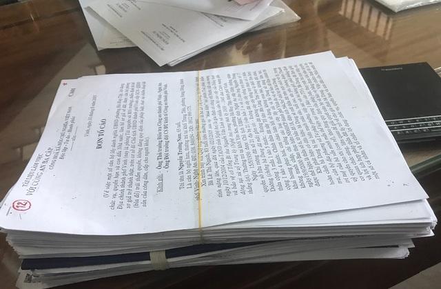Những xấp đơn, giấy tờ liên quan nặng đến vài kg được ông Nam lưu lại và đưa đi kiện trong những năm tháng qua.