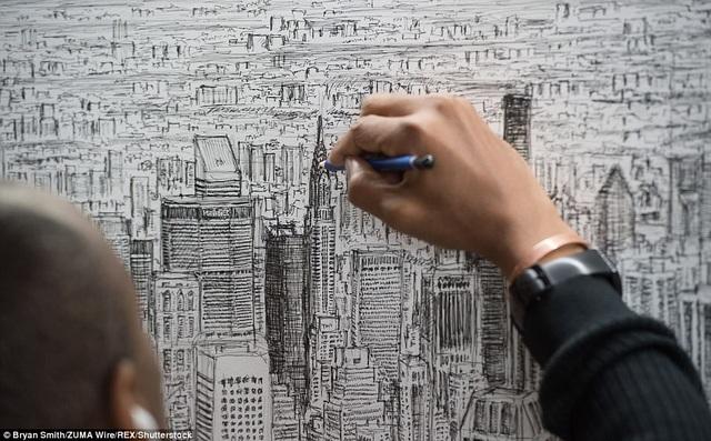 Họa sĩ Stephen Wiltshire thực hiện bức vẽ khổng lồ bằng bút chì và bút mực, hoàn toàn từ trí nhớ sau một cuộc du ngoạn kéo dài 45 phút bằng trực thăng quanh thành phố New York.