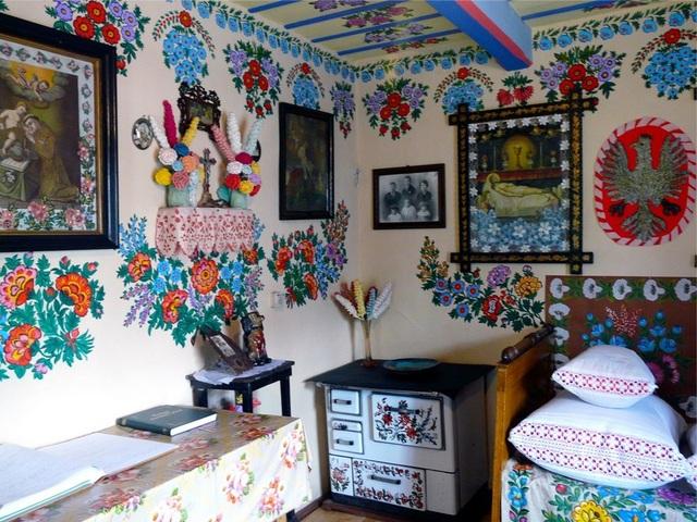 Cuộc thi vẽ hoa được tổ chức thường niên tại làng Zalipie kể từ năm 1948, cho tới giờ, hoạt động này vẫn còn rất hấp dẫn dân làng.