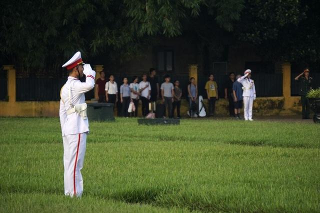 Giây phút chào cờ Tổ quốc trang nghiêm trên quảng trường Ba Đình.