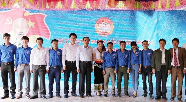 Ông Phan Đình Trạc chụp ảnh lưu niệm cùng lãnh đạo huyện Con Cuông.