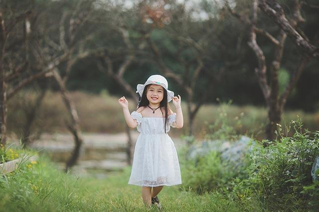 """Ngắm """"thiên thần nhí"""" hồn nhiên trên cánh đồng hoa - 11"""