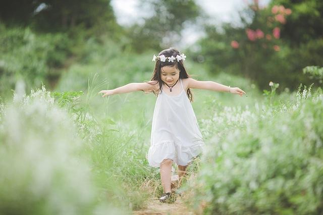 Mẹ của bé Ngọc, chị Nguyễn Hồng Hải cũng là một người có sở thích chụp ảnh. Chị truyền cảm hứng cho con gái và quyết định chụp bộ ảnh này để làm kỉ niệm cho con.