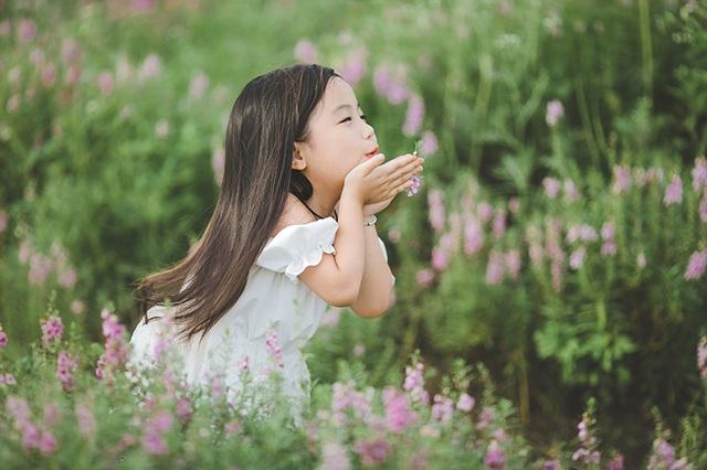 Bộ ảnh bé gái hồn nhiên như một thiên thần đang thu hút sự quan tâm của dân mạng.