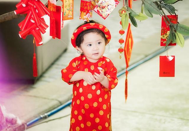 Mimi có rất nhiều áo dài. Đây là loại trang phục mà mẹ bé rất thích diện cho con gái.