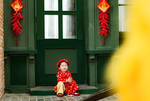 Bộ áo dài đỏ này được Mimi dành mặc cho dịp Tết.