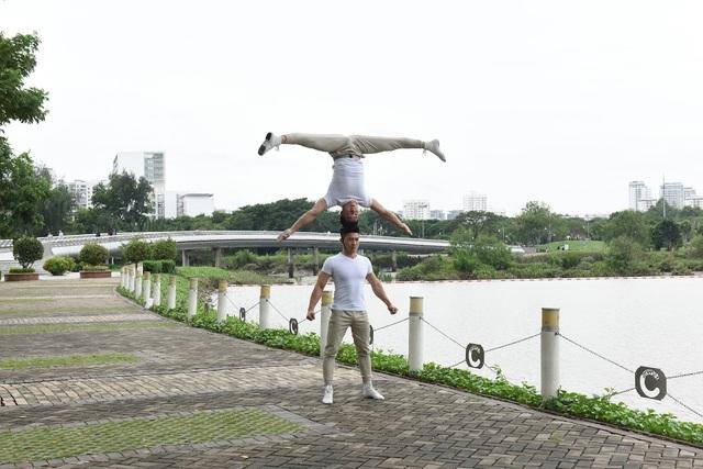 """Dự án Saigon south Residences chỉ cách đô thị Phú Mỹ Hưng 5 phút di chuyển nên không gian xanh thoáng đãng tại khu đô thị """"vườn"""" là nơi thích hợp cho 2 nghệ sĩ tập luyện"""