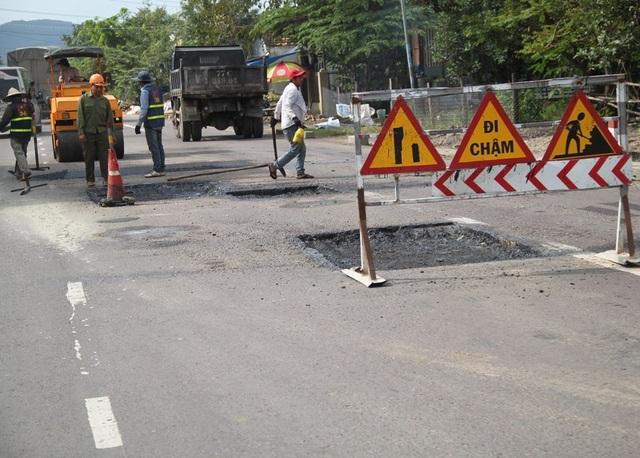 QL 19 đoạn qua thị trấn Phú Phong (huyện Tây Sơn) bị hư hỏng, trong đó có nguyên nhân do xe quá tải lưu thông nhiều