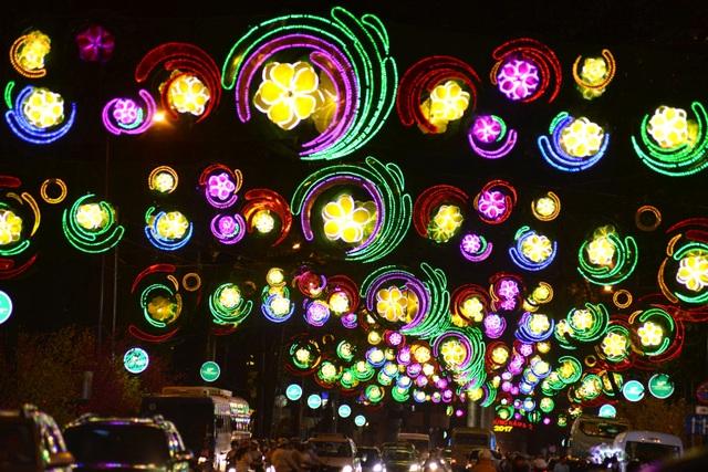 Hình ảnh đoạn đèn đường trang trí vào ban đêm.