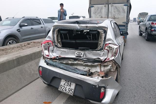 """Hà Nội: Taxi bị """"vò nát"""" trên cầu Thanh Trì, 3 người thoát chết - 9"""