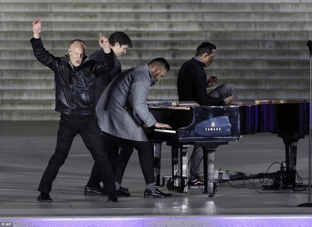 """Nhóm nhạc The Piano Guys biểu diễn phần nhạc của nhạc phẩm """"What Makes You Beautiful"""" - bản hit đình đám của nhóm One Direction."""