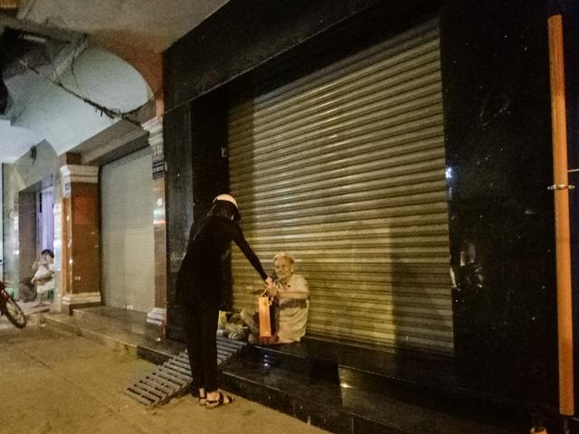 Hồ Ngọc Hà đi xe máy trao quà người cơ nhỡ lúc nửa đêm - 6