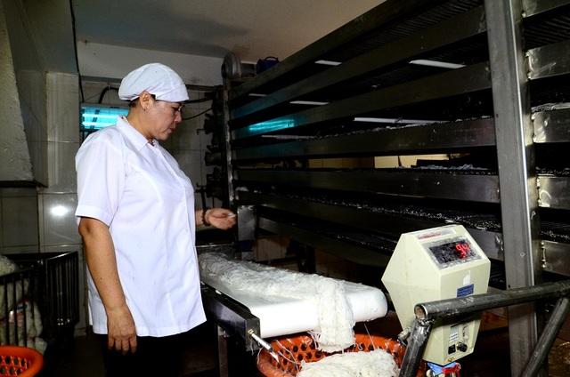Từ năm những năm 90, chị đã biết chuyện nhiều cơ sở sản xuất bún cho chất tinopal làm trắng vào sợi bún. Với hóa chất này và cách làm ẩu, chỉ vài giờ là gạo trở thành bún, trong khi theo cách làm truyền thống và đạt tiêu chuẩn an toàn vệ sinh thực phẩm thì phải mất từ 6-7ngày.