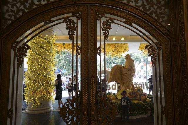 Chú gà được dựng lên trước cửa một trung tâm thương mại trên phố Hàng Bài.
