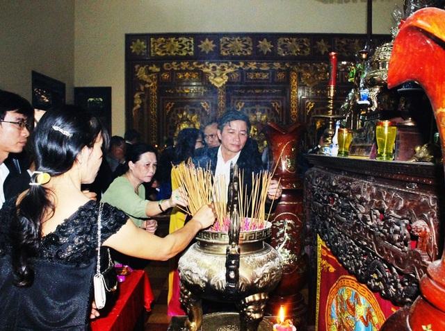 Đông đảo người dân trong tỉnh và du khách thắp hương tưởng nhớ công đức của 3 anh em nhà Tây Sơn