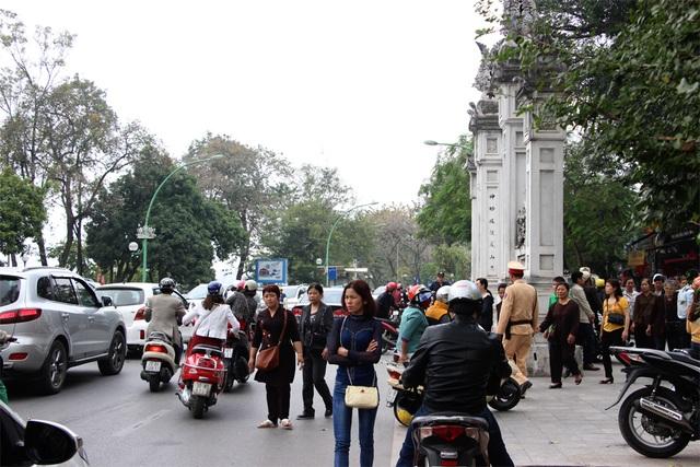 Phía trước cửa đền Quán Thánh giao thông khá lộn xộn.