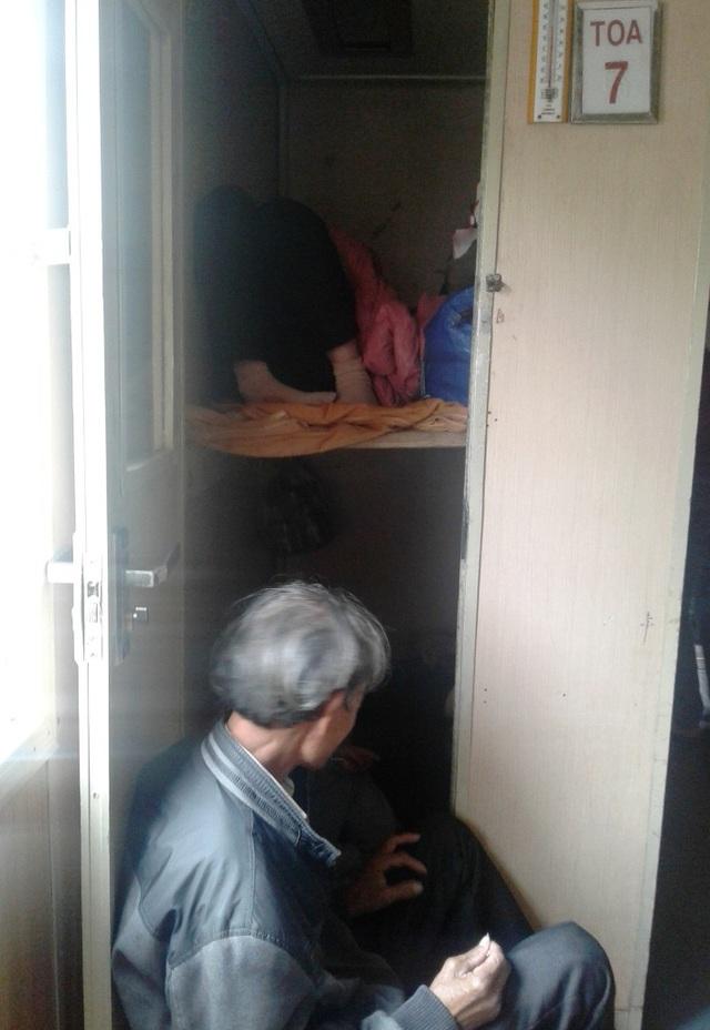 Hành khách ngủ ở phòng của nhân viên tàu
