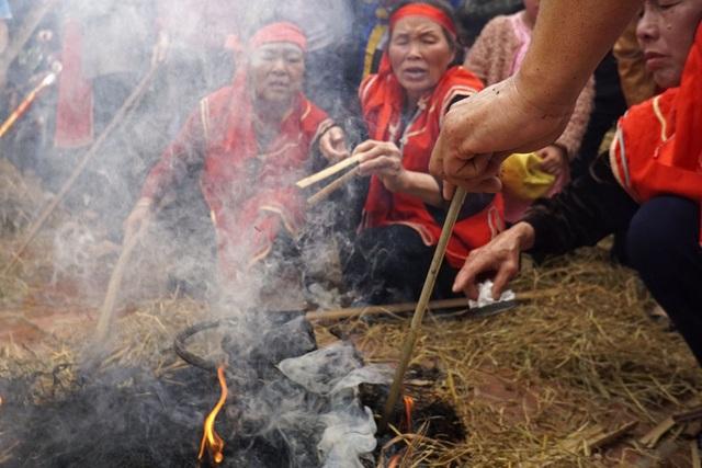 Từ lúc kéo lửa đến khi gạo được cho vào nồi đặt lên bếp chỉ trong khoảng thời gian 10 phút.