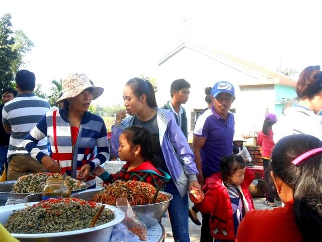 Hội chợ quê thu hút nhiều thực khách thưởng lãm