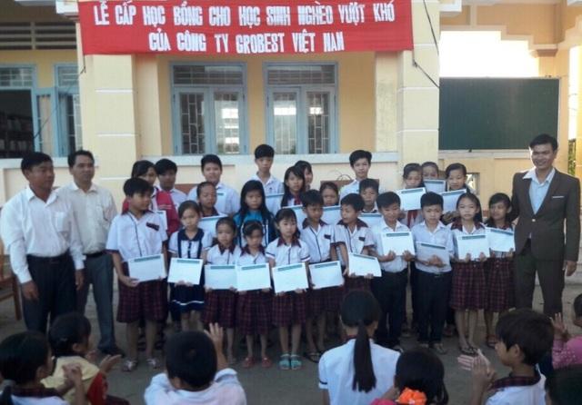 Ông Phùng Văn Công - Trưởng đại diện Công ty Grobest Việt Nam ở An Giang, Đồng Tháp trao 15 suất học bổng đến các em học sinh trường tiểu học Phú Thọ