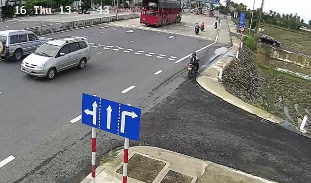 Một chiếc ô tô 7 chỗ chạy ngược chiều và lao ra giữa đường, rất nguy hiểm