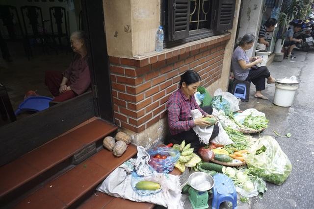 Nhiều nhà mặt tiền hào phóng sãn sàng cho người bán ngồi nhờ với điều kiện phải sạch sẽ và không làm ảnh hưởng đến sinh hoạt của gia đình.