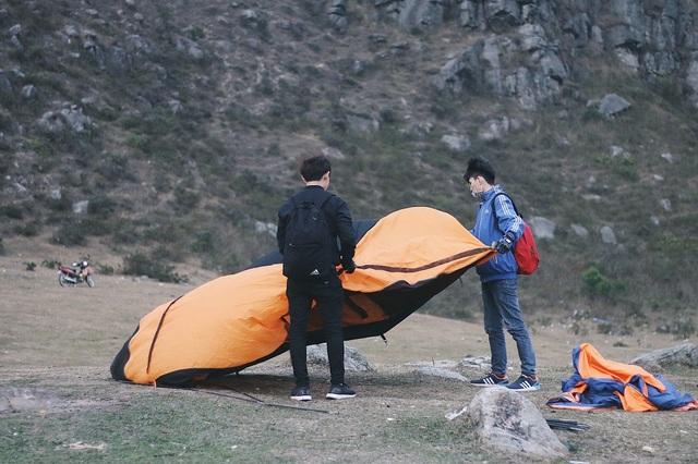 Một nhóm bạn trẻ dựng lều trên cao nguyên đá Đồng Cao để trải nghiệm cảm giác hòa mình với thiên nhiên