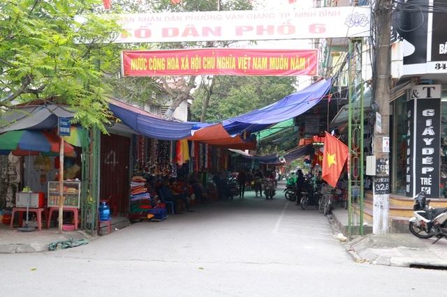 Vỉa hè đường Phan Đình Phùng, Tổ dân phố 6 phường Vân Giang, thành phố Ninh Bình bị xẻ thịt dựng hàng loạt ki ốt cho thuê bán hàng.