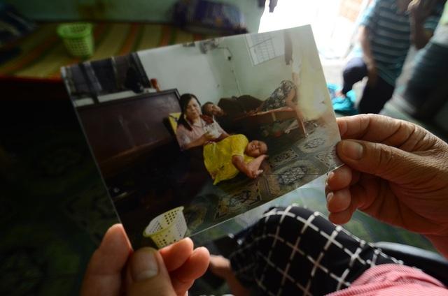 """Hình ảnh vui vẻ của gia đình chị Thương mỗi khi đông đủ. Chị bộc bạch: """"Nền nhà là nơi chính để nghỉ ngơi, mà trời mưa thì mọi người chỉ còn nước ngủ ngồi."""""""