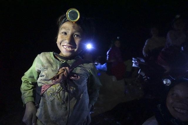 Cậu bé Thào Mí Hồ dân tộc Cờ Lao mới 9 tuổi cũng tham gia hàng đêm mót quặng, Hồ cho biết em ở thôm Ngàm Soọc, mỗi đêm có thể nhặt được vài kg quặng để giúp đỡ bố mẹ.