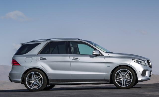 Mercedes-Benz GLE chỉ mới ra mắt vào năm ngoái nên phiên bản 2017 hầu như không có gì thay đổi và vẫn được đánh giá cao về độ an toàn. Các trang bị đáng chu sy của mẫu SUV 5 chỗ hạng sang này gồm: gạt nước tự động, cửa sổ trời, thanh ray trên nóc xe, kính tối màu phía sau, gương gấp điện và chống chói.