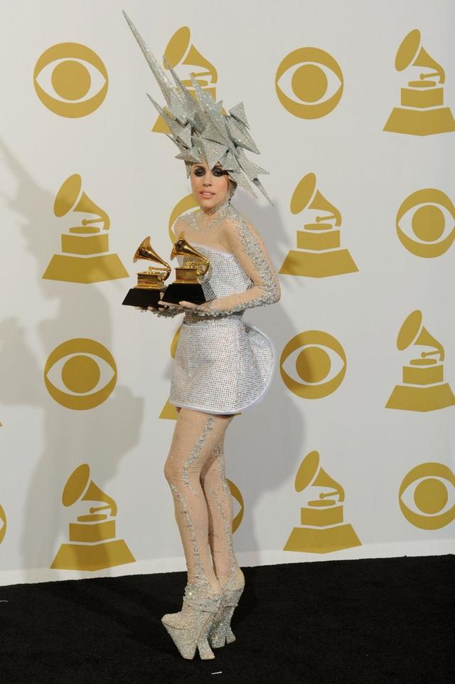 Những món đồ phụ kiện kỳ dị chính là các chi tiết làm nên điểm nhấn cho sự xuất hiện của Gaga giai đoạn này.