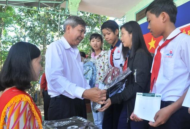Ông Hồ Thanh Phương - Chủ tịch UBND huyện Lai Vung nhắn gửi các em học sinh khi nhận học bổng báo Dân trí cần cố gắng học giỏi